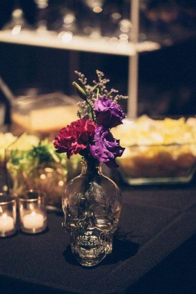 wazon z fioletowymi kwiatami