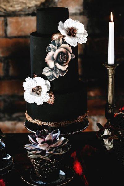 czarny tort weselny z białymi kwiatami