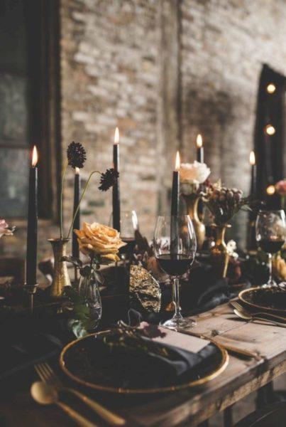 czarne świece na stole