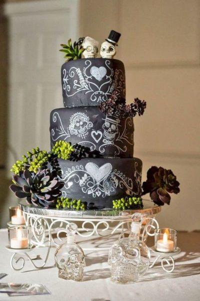 tort weselny w kolorze czarnym