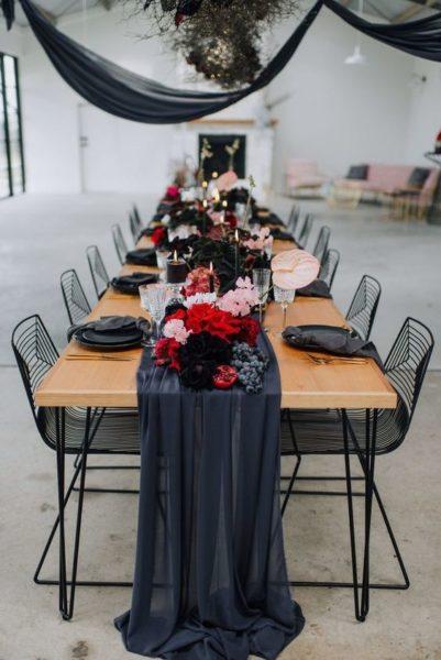 stół z nakryciem w czarnych kolorach