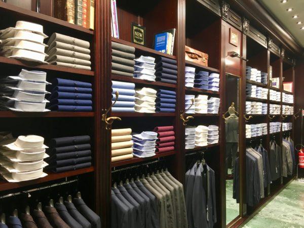 półki z męskimi koszulami