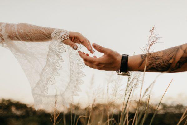 ręka kobiety i mężczyzny