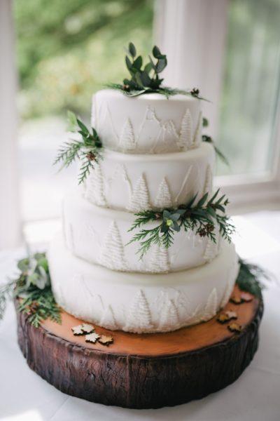 biały tort w stylu boho